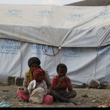 Yemen: As food crisis worsens, UN agencies call for urgent assistance to avert catastrophe [Around 200 displaced families live in an informal settlement in Dharwan, Yemen. Here, a 12-year old girl keeps watch over her younger brothers. Photo: UNHCR/Mohamm